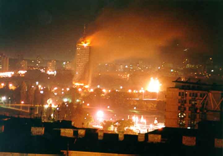 Resultado de imagen de La Torre Ušće de Belgrado en llamas, tras uno de los bombardeos